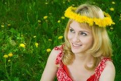 Mulher feliz em uma festão dos dentes-de-leão Imagens de Stock
