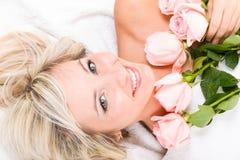 Mulher feliz encantadora Fotografia de Stock