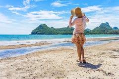 A mulher feliz está estando na praia do Ao Manao Foto de Stock