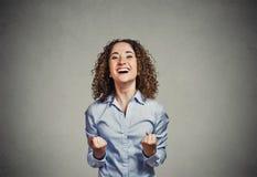 A mulher feliz exulta os punhos de bombeamento comemora o sucesso que grita foto de stock royalty free