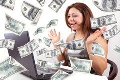 A mulher feliz ganha o dinheiro em linha Fotografia de Stock Royalty Free