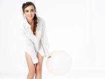 Mulher feliz isolada que levanta com balão branco imagens de stock