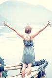 Mulher feliz livre que aprecia a natureza Menina da beleza exterior Conceito da liberdade Menina da beleza sobre o céu e o Sun su Foto de Stock Royalty Free