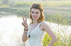Mulher feliz livre que aprecia a natureza Menina da beleza exterior Liberdade c Imagens de Stock Royalty Free