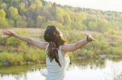 Mulher feliz livre que aprecia a natureza Menina da beleza exterior Liberdade c Imagens de Stock