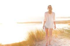 Mulher feliz livre que aprecia Sun em férias foto de stock royalty free