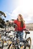 Mulher feliz na bicicleta na rua da cidade imagem de stock royalty free