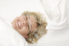 Mulher feliz na cama foto de stock royalty free