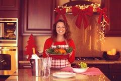 Mulher feliz na cozinha na Noite de Natal Fotos de Stock