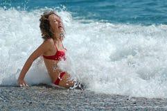 Mulher feliz na espuma do mar Imagens de Stock