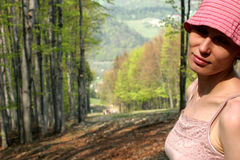 Mulher feliz na floresta fotografia de stock royalty free