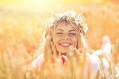 Mulher feliz na grinalda das flores no campo de cereal Fotos de Stock