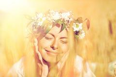 Mulher feliz na grinalda das flores no campo de cereal Fotos de Stock Royalty Free