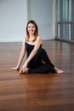 Mulher feliz na postura da ioga imagens de stock royalty free
