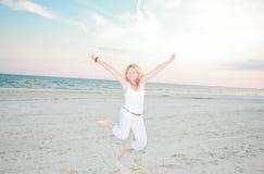 Mulher feliz na praia imagens de stock