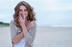 Mulher feliz na praia Foto de Stock Royalty Free