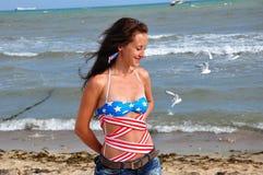 Mulher feliz na praia, Dia da Independência EUA Imagens de Stock Royalty Free