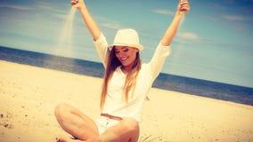 Mulher feliz na praia do verão imagem de stock
