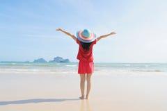 Mulher feliz na praia em Krabi Tailândia fotos de stock