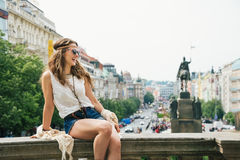 Mulher feliz na roupa chique do boho que relaxa no parapeito, Praga Foto de Stock Royalty Free