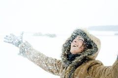 Mulher feliz na tempestade de neve foto de stock royalty free