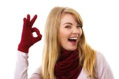 Mulher feliz nas luvas de lã que mostram o sinal aprovado, emoções positivas Imagens de Stock Royalty Free