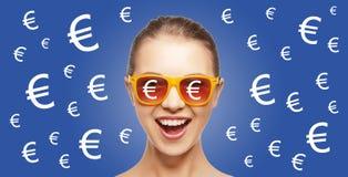 A mulher feliz nas máscaras com euro- moeda canta Imagens de Stock