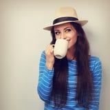 Mulher feliz no café bebendo do chapéu de palha com olhar de pensamento da cara Fotografia de Stock