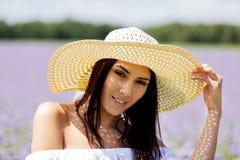 Mulher feliz no campo do verão A moça relaxa fora Conceito da liberdade fotografia de stock