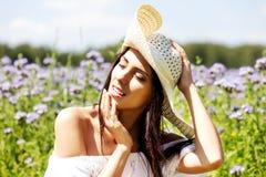 Mulher feliz no campo do verão A moça relaxa fora Conceito da liberdade foto de stock
