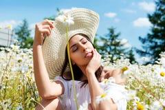 Mulher feliz no campo do verão A moça relaxa fora Conceito da liberdade imagens de stock