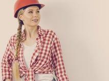 Mulher feliz no capacete protetor foto de stock