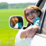 Mulher feliz no carro novo branco na natureza Foto de Stock