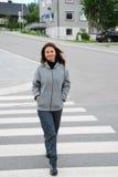 Mulher feliz no cruzamento de pedestre Foto de Stock Royalty Free