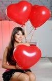 Mulher feliz no dia de Valentim com balões vermelhos Imagens de Stock Royalty Free