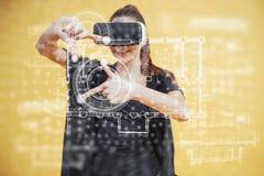 A mulher feliz no estúdio obtém a experiência de usar auriculares da realidade virtual dos VR-vidros Tecnologias inovativas E foto de stock royalty free