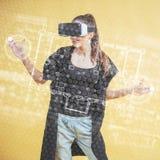 A mulher feliz no estúdio obtém a experiência de usar auriculares da realidade virtual dos VR-vidros Tecnologias inovativas E fotografia de stock