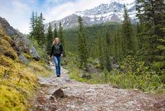 Mulher feliz no Hike da montanha imagens de stock