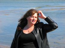 Mulher feliz no mar Fotos de Stock Royalty Free