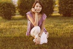 Mulher feliz no parque imagens de stock