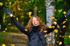 Mulher feliz no parque fotos de stock royalty free