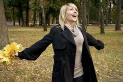 Mulher feliz no parque do outono Fotos de Stock Royalty Free