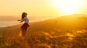 Mulher feliz no por do sol nas mãos abertas do iwith da natureza Imagens de Stock