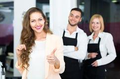 Mulher feliz no salão de beleza Imagem de Stock