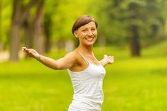 Mulher feliz no verão da grinalda fora que aprecia a mão da abertura da vida Imagem de Stock Royalty Free
