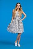 Mulher feliz no vestido e nas sapatilhas pontilhados branco Fotos de Stock Royalty Free