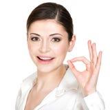 Mulher feliz nova com sinal aprovado Imagem de Stock Royalty Free