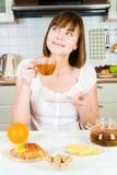 Mulher feliz nova com chá Imagem de Stock Royalty Free