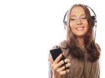Mulher feliz nova com música de escuta dos fones de ouvido Fotos de Stock