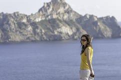 Mulher feliz nova com mãos levantadas e vista do mar Foto de Stock Royalty Free